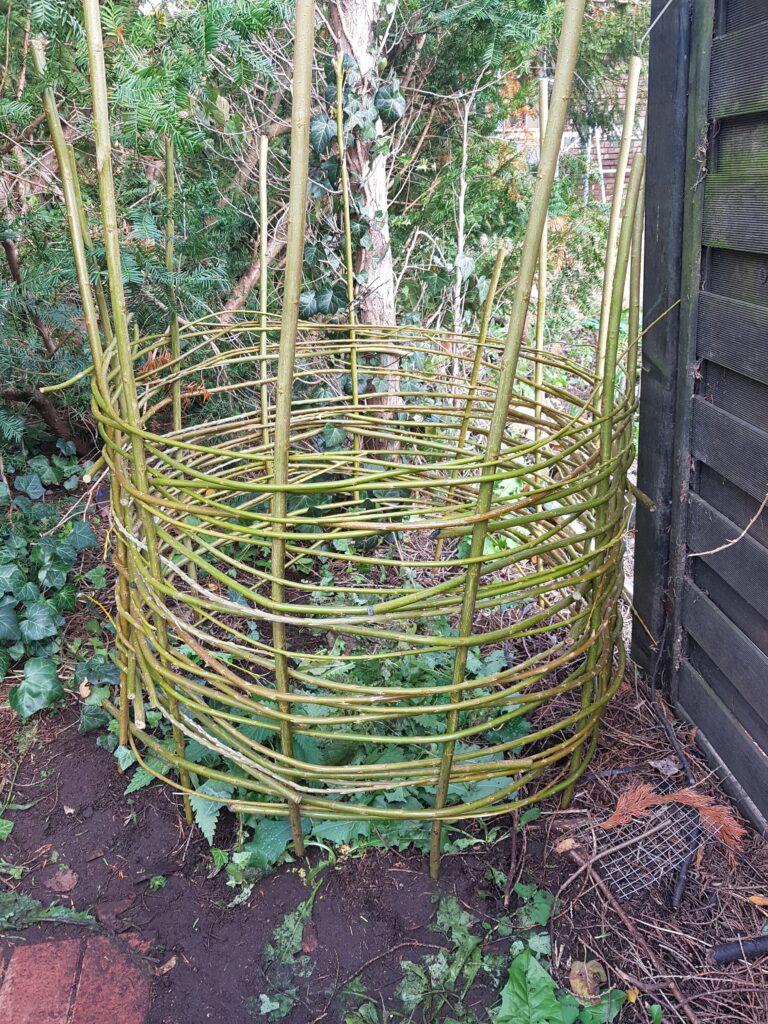 Weidenruten Kompost Behälter selbst geflochten